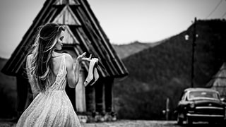 cristiano-ostinelli-sony-alpha-7RIII-bride-holding-up-her-shoes