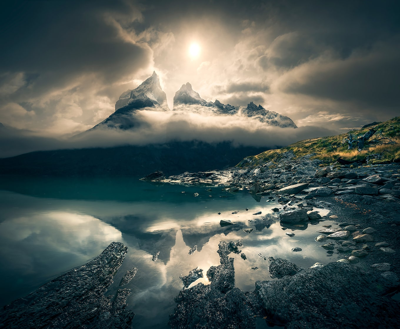 ilhan-eroglu-sony-alpha-7RIII-mist-covered-mountain-behind-eerily-still-lake