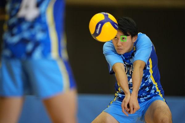 Un giocatore di pallavolo con un riquadro AF sugli occhi