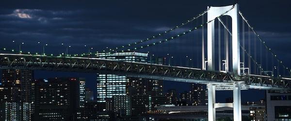 Vista notturna della città in condizioni di scarsa illuminazione