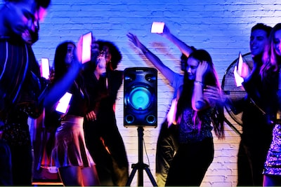 Invitati al party che utilizzano Party Light dall'app Fiestable sullo smartphone