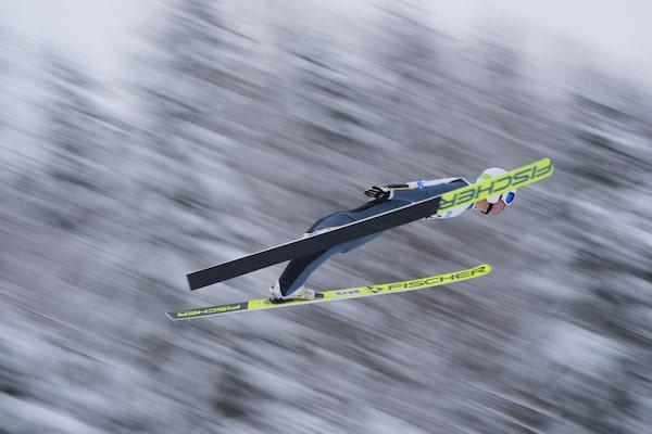 Sciatore che salta