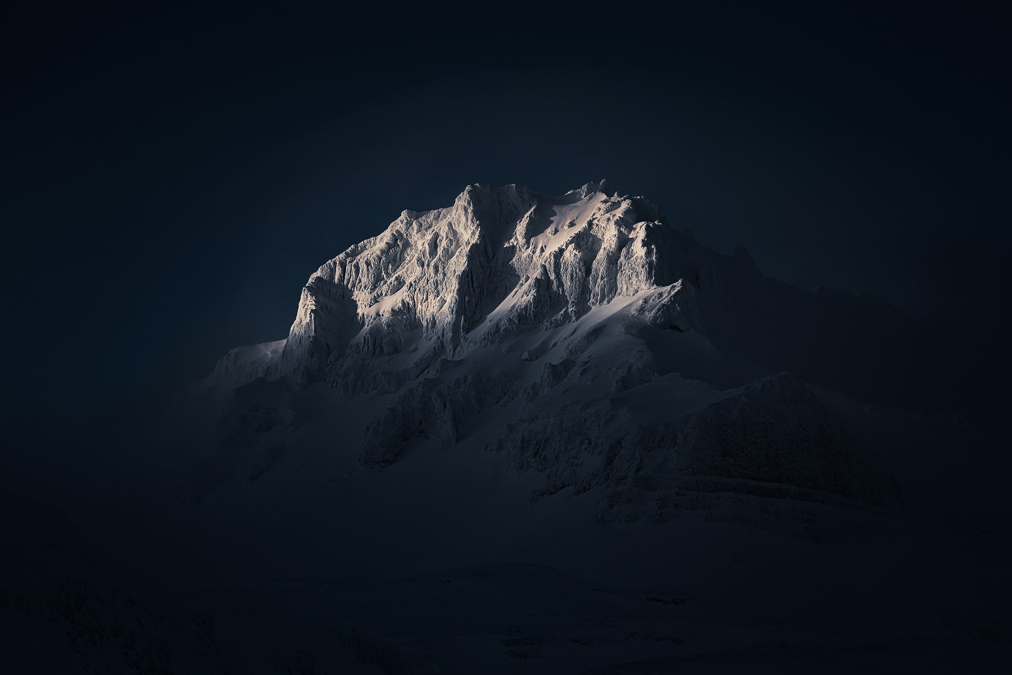 Albert-Dros-Sony-Alpha-7RIII-first-light-hitting-a-snowy-mountainside